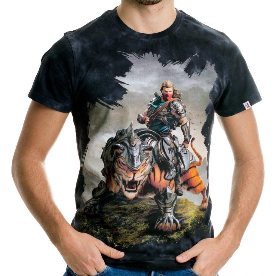 La Camiseta Battlecat tiene un dibujo original de un valiente guerrero a lomos de un tigre acorazado.
