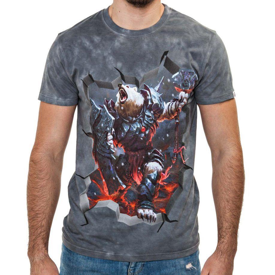 La Camiseta Ironbear de hombre tiene un dibujo original de un oso polar ataviado con una armadura de hierro atravesando un camino de lava.