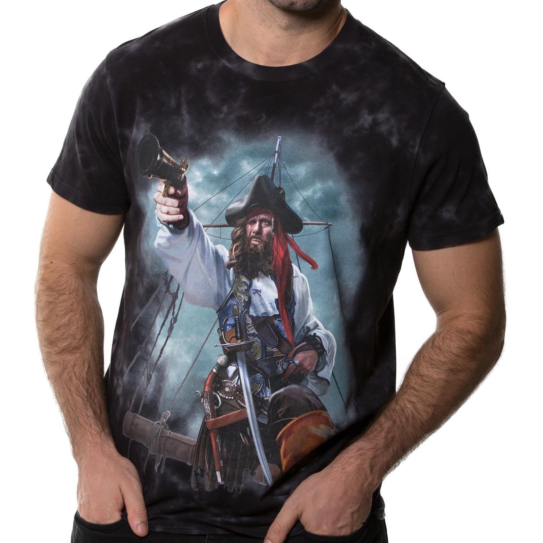 La Camiseta Pirate de hombre tiene un dibujo original de un pirata encañonando una pistola sobre el mástil de su embarcación.
