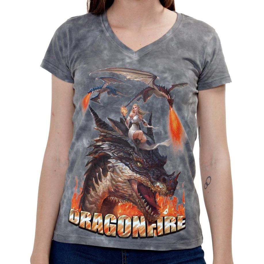 La Camiseta Dragonfire de mujer tiene un dibujo original de tres dragones con la madre de dragones sobre uno de ellos.